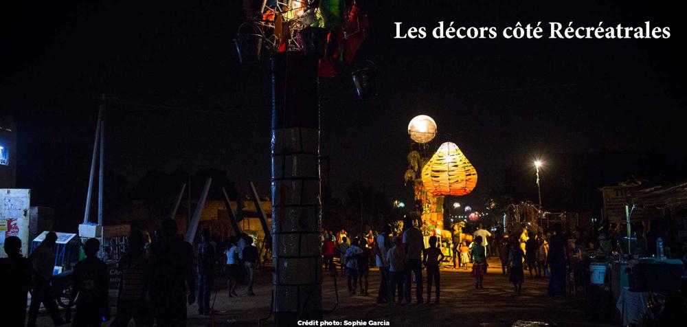 Dans la rue animée du festival des Récréatrales à Ouagadougou. Pendant une semaine, une quinzaine de cours familiales sont transformées en théâtre à ciel ouvert pour accueillir la programmation du festival.